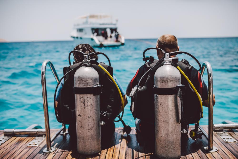 2 Scuba Divers ready to dive